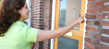AV team bezoek Kruiskamp deurbel bellen