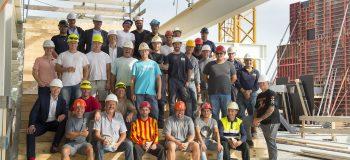 Vakmensen, vertegenwoordigers Olco Sportsphere en wethouder Buijtelaar in Amerena in aanbouw